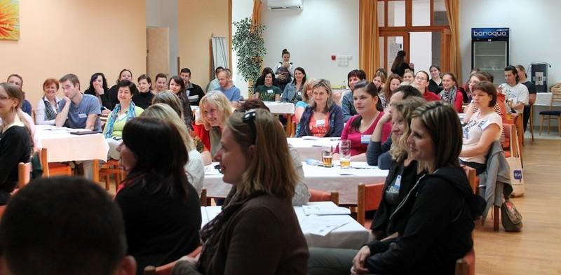 účastníci přednášky se soustředí na lektora